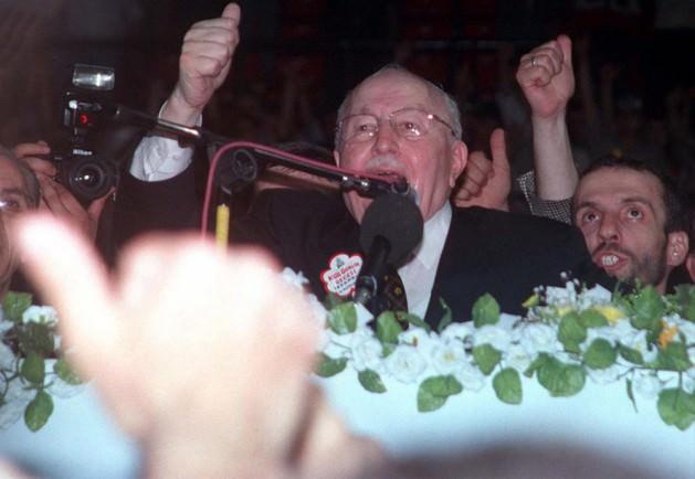 """NATO ve AB'ye karşı siyaset: Erbakan 1991 seçimlerine """"Adil Düzen"""" adını verdiği bir ekonomi programıyla girmişti. Faizin kaldırılması, korumacı önlemler, devletin ekonomideki girişimciliğinin artması, ağır sanayi hamlesi gibi esaslar içeren bu program, en azından söylem düzeyinde anti-kapitalist bir retoriğe de sahipti. Öte yandan gerçekçi ve uygulanabilir olmadığı gerekçesiyle eleştiriliyordu. 1996 itibariyle Erbakan'ın bu vizyonunda kayda değer bir değişim gözlenmemekteydi. RP'nin (söz gelimi RP'li bazı belediyelerde halk kütüphaneleri ve kadınlara yönelik eğitim merkezleri kapatılmış, Kuran kursu sayısında ise patlama yaşanmıştı), dış politikada da Türkiye'nin egemen sınıf ve zümrelerinin geleneksel çıkarlarına ters hedefleri vardı: NATO'dan çıkmak, AB ile Gümrük Birliği'ne son vermek, İsrail'le işbirliğine son vermek, İslam Ortak Pazarı'nı kurmak gibi."""
