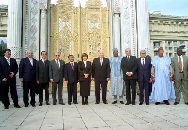 İslam liderlerini İstanbul'a topladı: RP'nin İslam dünyasıyla yakınlaşma politikasının parçası olarak hükümet, G-7 örneğini izleyerek başlıca Müslüman ülkelerle D-8 kısaltmalı ekonomik işbirliği örgütünün kurulmasına öncülük etti (22 Ekim 1996). D-8'in ilk zirvesi 4 Ocak 1997'de İstanbul'da toplandı. Tabii Başbakan Erbakan bir yandan da ihtiyatı elden bırakmamaya çalışarak, bakanlarından Fehim Adak'ı Washington'a gönderdi (24 Aralık 1996).