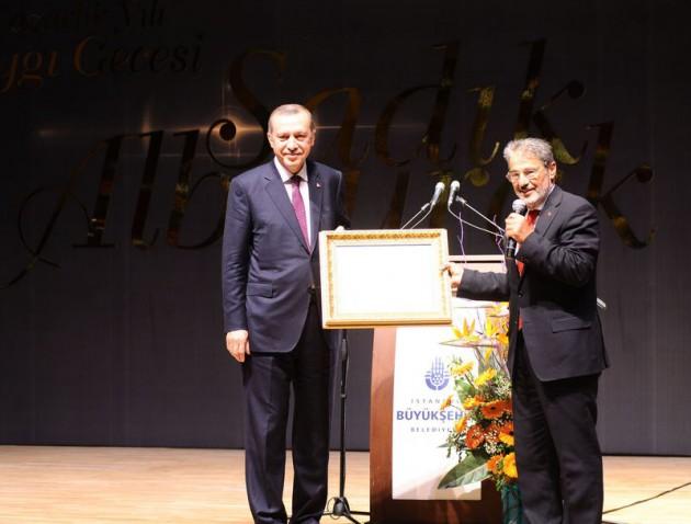 Başbakan Erdoğan, yazar Sadık Albayrak için düzenlenen gece konuştu. Erdoğan hem dava arkadaş hem de dünürü olan usta yazarın, Mevlana, Yunus Emre, Mehmet Akif, Necip Fazılların bulunduğu zincirin bir parçası olduğunu dile getirdi.