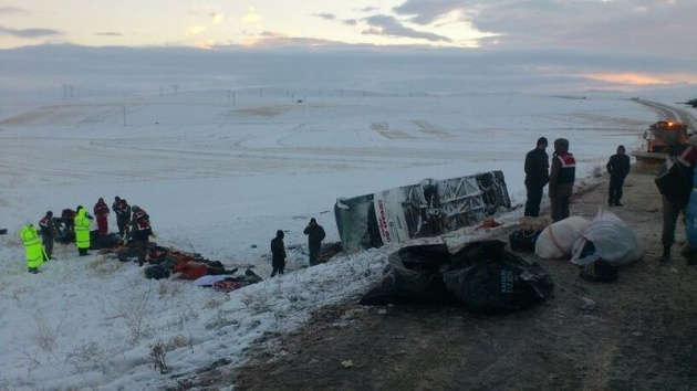 <p>Kayseri'nin Pınarbaşı ilçesi yakınlarında bir yolcu otobüsünün buzlanan yolda şarampole devrilmesi sonucu meydana gelen kazada 20 kişi hayatını kaybetti. Kazada 21 kişinin de yaralandığı bildirildi.</p>