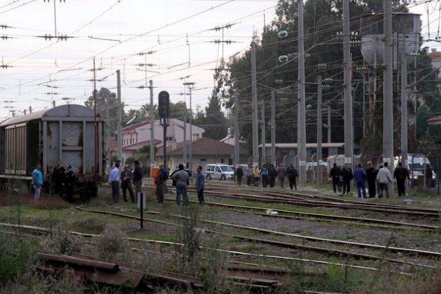 Hatay'ın İskenderun ilçesinde tren istasyonunda bir vagonun üzerinde fotoğraf çektirmek isteyen genç, yüksek gerilim hattına kapılarak arkadaşlarının gözleri önünde feci şekilde hayatını kaybetti.