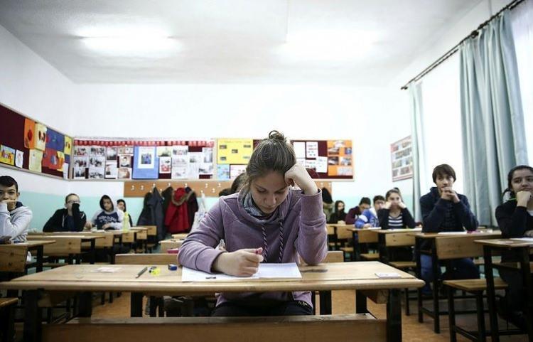 """<p><span style=""""color:#FFFFFF""""><strong>*LİSEYE GEÇİŞTE YENİ BİR SİSTEME GEÇMENİN AMACI NE?</strong><br /> <br /> Liselere sınavsız geçiş imkanını sağlayabilmek</span></p>"""