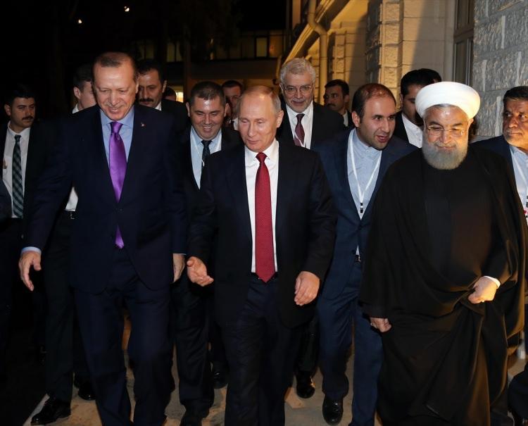 <p>Cumhurbaşkanı Recep Tayyip Erdoğan, Rusya Devlet Başkanı Vladimir Putin ve İran Cumhurbaşkanı Hasan Ruhani ile Sanatoryum Rus'ta gerçekleştirdikleri Suriye konulu üçlü zirvenin ardından ortak basın toplantısı düzenledi.</p>  <p></p>  <p>İşte zirveye damga vuran kareler...</p>