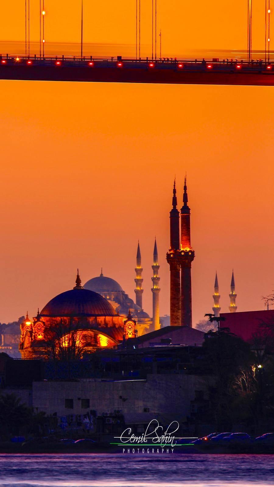 <p>Türkiye'nin camilerini bir çok kez görmüş olabilirsiniz ancak böylesi fotoğrafları daha önce görmediniz. İşte Kubbelerin üstadı olarak tanınan Cemil Şahin'in objektifinden camilerimiz...</p>