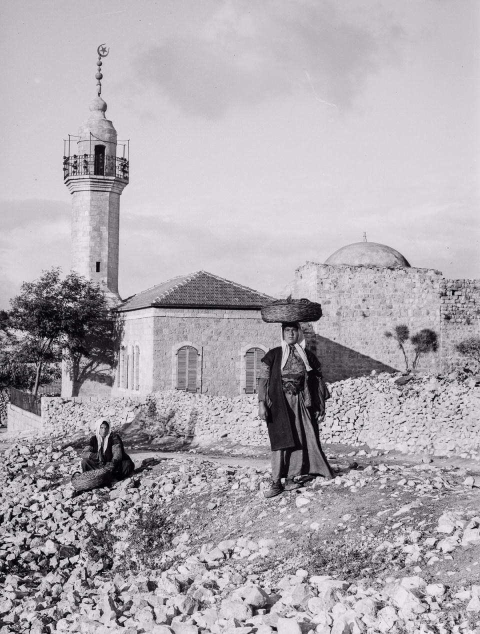 <p>Alex Arbuckle, Kudüs Türk hakimiyetindeki son günlerini gösteren Amerikan Kongre Kütüphanesi'nde bulunan 1900-1918 yılları arasında çekilmiş fotoğrafları derledi. 1517'den itibaren Osmanlı'nın kontrolüne geçen Kudüs'ün tarihi merkezi Müslüman, Hristiyan Yahudi ve Ermeni semtlerine ayrılmıştı.</p>  <p></p>
