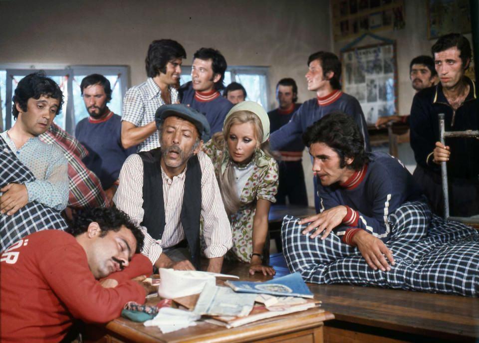 <p>Türk sinemasının yaşayan efsanesi Münir Özkul İstanbul'daki evinde 93 yaşında hayatını kaybetti. Usta oyuncu uzun süredir bilinci kapalı bir şekilde yatakta hayatını sürdürüyordu.</p>  <p></p>