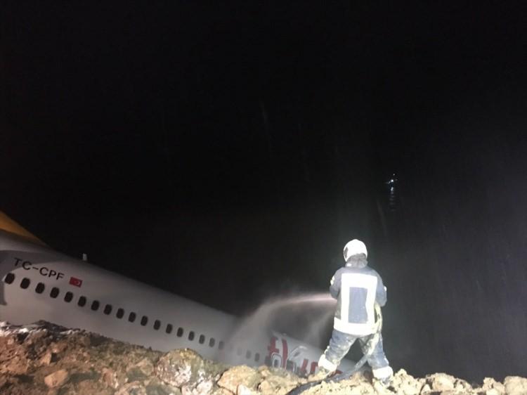 <p>Ankara'dan kalkan ve Trabzon Havalimanı'na iniş yapan Pegasus Hava Yolları'na ait 162 kişilik yolcu uçağı pistten çıktı ve toprak alana saplandı. Kazada ölen ya da yaralanan olmadı.</p>  <p></p>