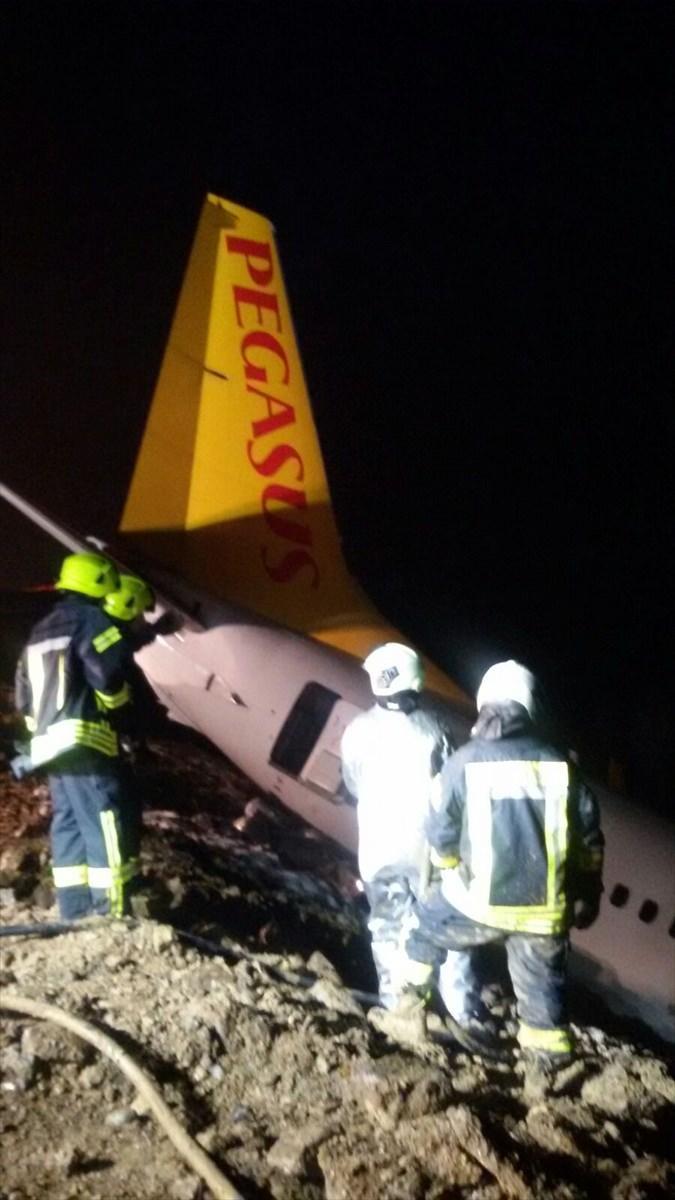 <p>Pistten çıkan yolcu uçağıyla ilgili gerekli güvenlik önlemlerinin alınmasının ardından havalanının yeniden uçuşlara açılacağı bildirildi.</p>  <p></p>