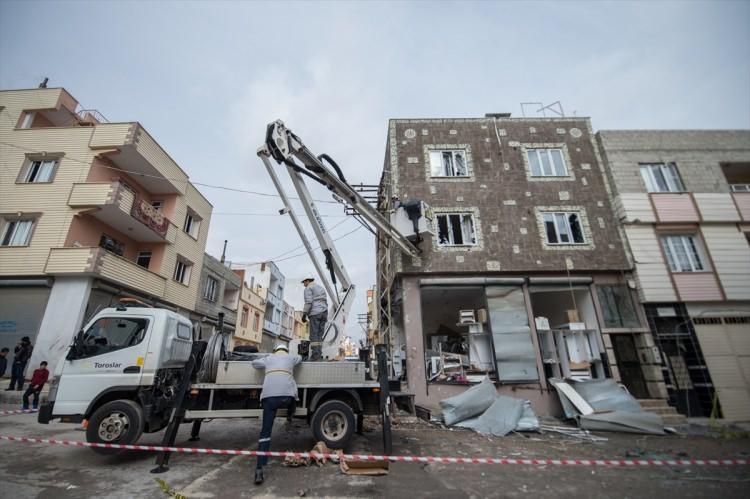 <p>Roketlerin isabet ettiği evlerde bir kişi yaralanırken, iş yeri ve evler ile çevresindeki araçlarda büyük hasar oluştu.</p>  <p></p>
