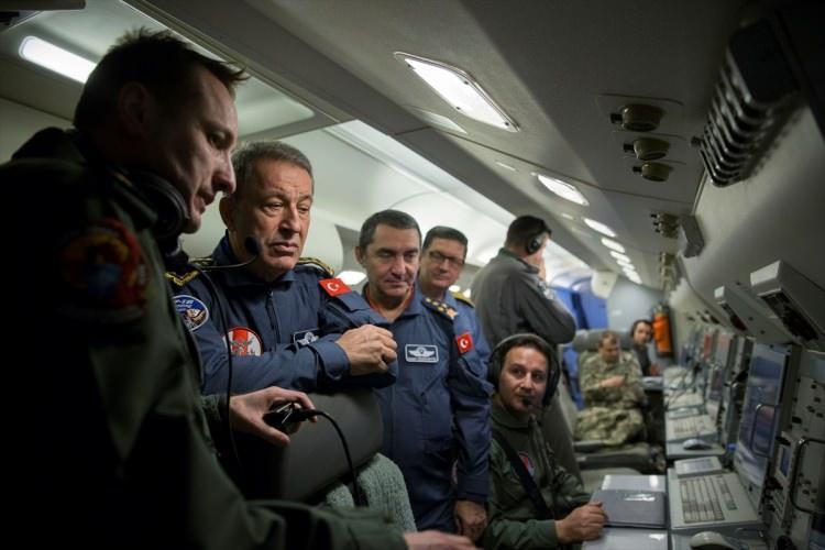 <p>Genelkurmay Başkanı Orgeneral Hulusi Akar, Kara Kuvvetleri Komutanı Orgeneral Yaşar Güler, Deniz Kuvvetleri Komutanı Koramiral Adnan Özbal ve Hava Kuvvetleri Komutanı Orgeneral Hasan Küçükakyüz ile Havadan İhbar Kontrol (HİK) uçağından Suriye'nin kuzeyinde harekata katılan kara ve hava kuvvetleri unsurlarının faaliyetlerini denetledi.</p>  <p></p>
