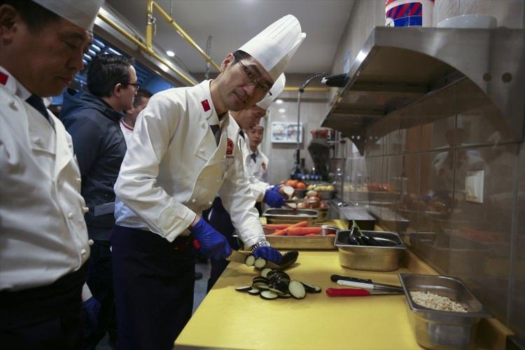 """<p>Çin Gastronomi Federasyonu Başkan Yardımcısı Bian Jiang, Çin yeni yılının ilk gününde böyle bir etkinliğin yapılmasından memnuniyet duyduğunu dile getirerek, """"Türkiye ve Çin, İpek Yolu'nun batı ve doğu ucunda bulunan iki önemli medeniyet merkezi. Bugün burada Türk ve Çinli aşçıların bir araya gelmesi ve birlikte yemekleri tatmaları son derece anlamlı."""" dedi.</p>"""