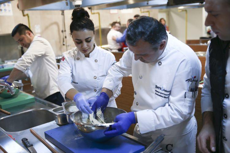 <p>Master Şef Deniz Orhun, Türk ve Çin mutfakları arasında gastronomi konusunda bilgi alışverişi sağlamak amacıyla böyle bir etkinlik yaptıklarını belirterek, bilinenin aksine iki kültürün yemeklerinin birbirine yakın olduğunu kaydetti.</p>