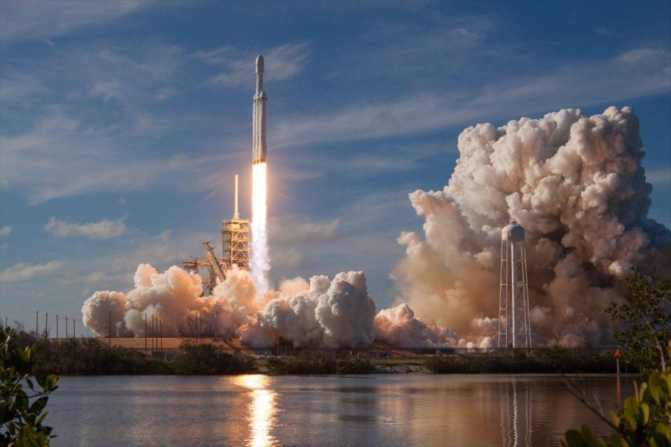<p>Heavy Falcon roketinin içine Tesla üretimi elektrikli spor bir araba da yerleştirildi.</p>