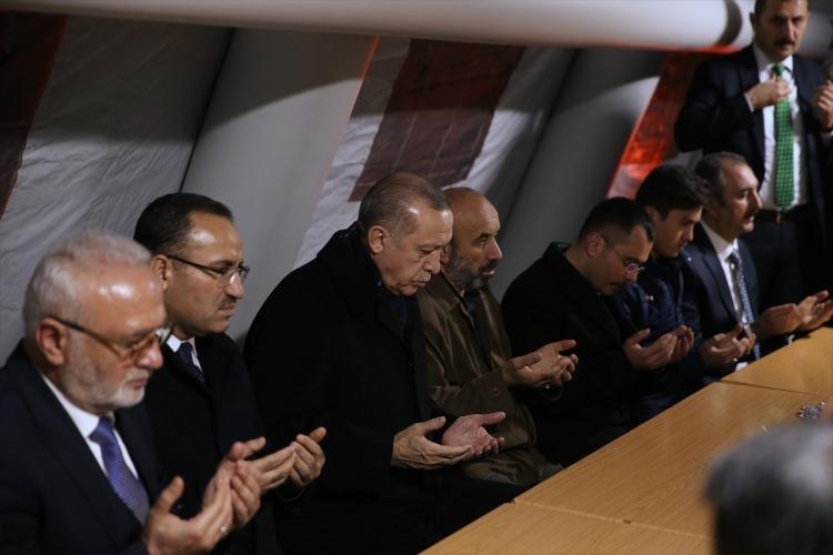 <p>Cumhurbaşkanı Erdoğan, Afrin'deki terör unsurlarına karşı düzenlenen Zeytin Dalı Harekatı'nda şehit olan askerlerden Piyade Astsubay Üst Çavuş Musa Özalkan'ın Sincan'daki aile evini ziyaret etti.</p>