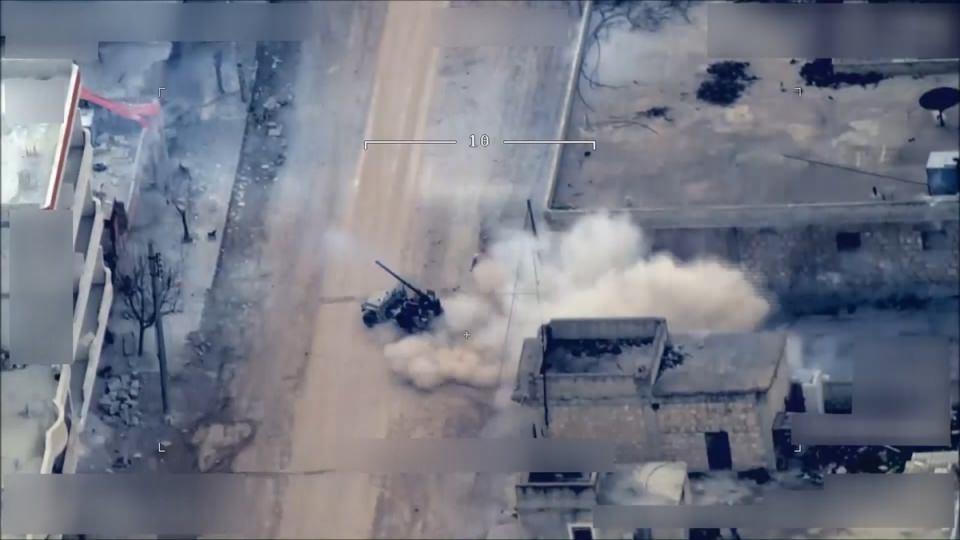 <p>Teröristler, top bulunan aracı Türk topraklarını hedef alacak şekilde konuşlandırdıktan sonra atış ayarı yapıyor. Hedef gözeterek atış yapan teröristler, bulundukları bölgeden hızlıca uzaklaşıyor.</p>