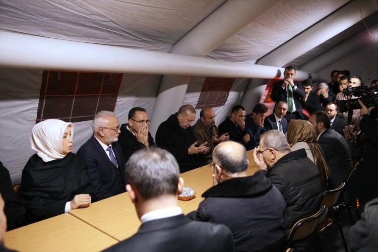 <div>Cumhurbaşkanlığı kaynaklarından edilen bilgiye göre, Cumhurbaşkanı Erdoğan bugün Beştepe'deki mesaisini tamamlamasının akabinde saat 22.00'de Sincan'a giderek Şehit Özalkan'ın ailesine taziye ziyaretinde bulundu. Taziye ziyaretinde Cumhurbaşkanı Erdoğan'a, Başbakan Yardımcısı Bekir Bozdağ, Adalet Bakanı Abdülhamit Gül, Aile ve Sosyal Politikalar Bakanı Fatma Betül Sayan Kaya refakat ettiler.</div>  <div></div>