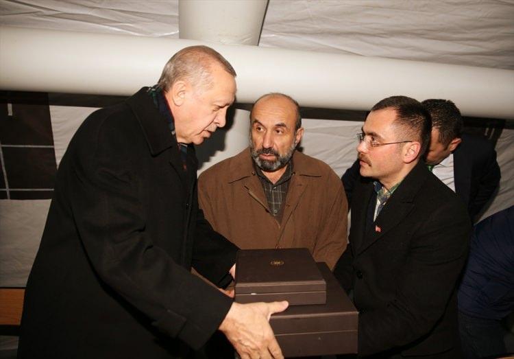 <div>Cumhurbaşkanı Erdoğan, daha sonra şehidin baba evinde aile bireyleriyle sohbet etti. AK Partili milletvekillerinden Mahir Ünal (Kahramanmaraş), Mustafa Elitaş (Kayseri), Naci Bostancı (Amasya) ve Öznur Çalık (Malatya) da ziyarette hazır bulundular.</div>  <div></div>
