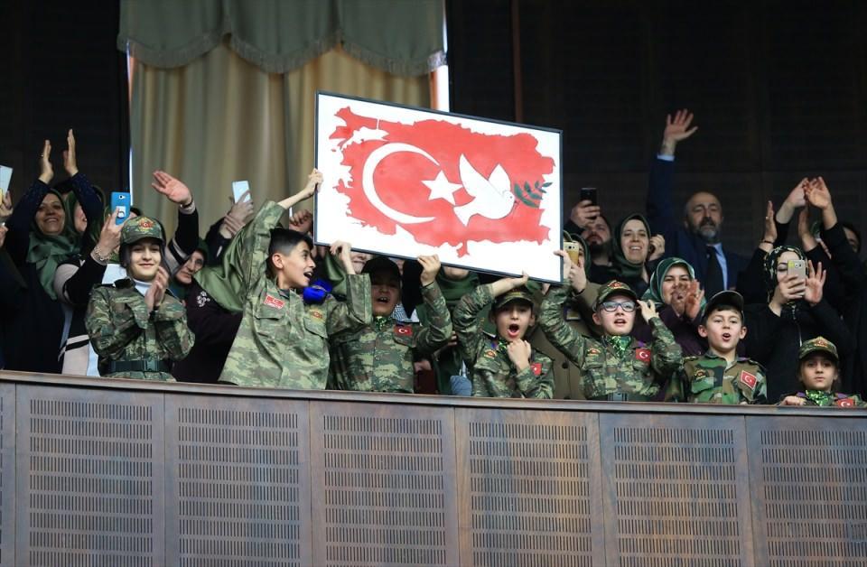 <p>Toplantıya partililer ve askeri kamuflaj giymiş çocuklar da katıldı.</p>  <p></p>