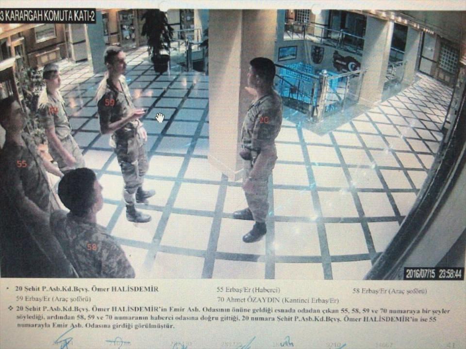 <p>Bilirkişilerce, davayı gören Ankara 14. Ağır Ceza Mahkemesine gönderilen rapordaki görüntü ve fotoğraflarda, Halisdemir ile sanıkların, 15-16 Temmuz 2016 gecesi ÖKK'deki eylemleri saat, kişi ve yer belirtilerek gösterildi.</p>  <p><br /> Raporda, şehit Halisdemir'in darbe girişimi gecesi saat 20.42'de karargah binasına girdiği, saat 23.58'de emir astsubayı odasının önüne geldiği esnada odadan çıkan erbaşlara bir şeyler söylediği, ardından odasına girdiği görülüyor.</p>