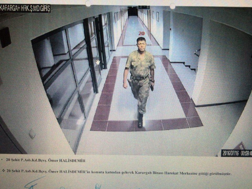 <p>Görüntülere göre, şehit Halisdemir, Özel Kuvvetler Komutanlığı'nda telefon görüşmesi yaptıktan sonra dışarıya çıkıyor.</p>  <p></p>