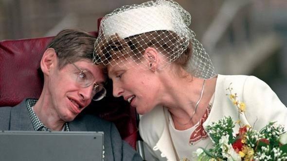 <p>Düğününde ancak baston yardımıyla ayakta durabilen Stephen'ın en büyük destekçisi Jane Wilde olacaktı. 1960'ların sonlarına doğru kol ve bacak kasları onu ayakta tutamayacak duruma gelmişti. Zorla da olsa Stephen'ı tekerlekli sandalye kullanmaya ikna ettiler. 1967'de Robert adını verdikleri bir erkek, 1970'de de Lucy ismini koydukları bir kızları oldu. Hawking, 1979 yılında bir kez daha baba oldu.</p>  <p></p>