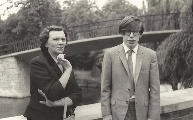 <p>Hawking, 8 Ocak 1942 yılında doğdu. 8 yaşındayken Londra'dan 20 mil uzaktaki St Albans'a gitti. 11 yaşında St Albans okuluna kayıt oldu. Buradan mezun olduktan sonra babasının eski okulu Oxford Üniversitesi kolejine devam etti. Babasının tıp ısrarına karşın, o matematiği seviyordu.</p>  <p></p>