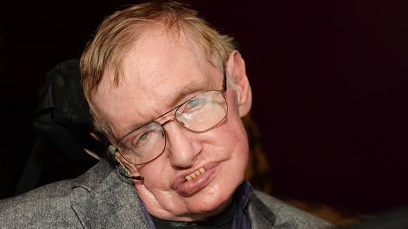 <p>Hawking, bilimsel uğraşlarında ve günlük yaşantısında çevresinden ve kuantum fiziği ve kara deliklerle ilgili iddialarıyla bugün bilim insanları arasında dünyada en çok tanınan isimdi.</p>  <p></p>