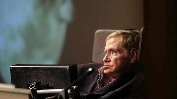 <p><strong>NASIL KONUŞUYORDU?</strong><br /> <br /> Ünlü bilim insanı, 1985 yılından bu yana sesini de yitirmiş olduğu için, koltuğuna yerleştirilmiş, yazıları sese dönüştürebilen bilgisayarı sayesinde insanlarla iletişim kurabiliyordu. Hawking, bilimsel uğraşlarında ve günlük yaşantısında çevresinden ve ailesinden büyük destek alıyordu. Konuşmak istediği anda, elindeki elektronik aleti sıkarak, sandalyesine bağlı özel bilgisayarının ekranına, dakikada ortalama 10 kelimeyi sıralayabiliyordu.</p>  <p></p>