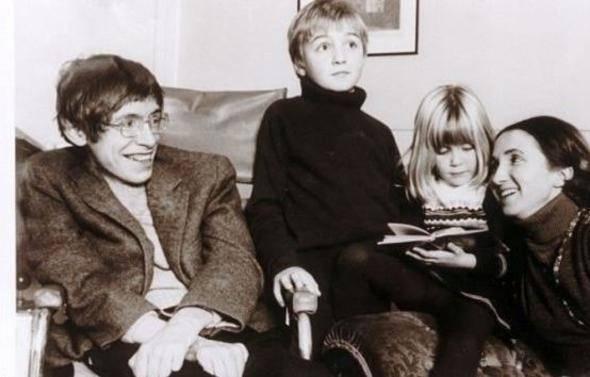 """<p><strong>ÖZEL HAYATI</strong><br /> <br /> Stephen Hawking'in yaşamı da dünya basınının sürekli gündemindeydi. Hawking'in ilk evliliği Jane Wilde ile oldu. Henüz genç birer üniversite öğrencisiyken tren istasyonunda tanışmışlardı. 1964'te Hawking'e, bir motor nöron hastalığı olan ve tedavisi olmayan Amyotrofik Lateral Skleroz (ALS) teşhisi konuldu. 1965'te hastalığı öğrenir öğrenmez evlendiler. Jane Wilde, yıllar sonra bu kararı, """"Stephen'ın ne kadar yaşayacağını bilmiyorduk"""" diye açıkladı. Hawking de Jane ile evliliğini """"bir dönüm noktası"""" olarak ifade etti.</p>"""