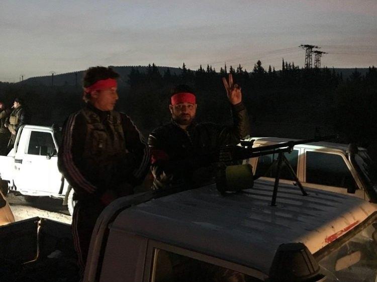 <p>ÖSO güçlerinin ilerleyişi sürerken, kent merkezinden sık sık silah ve patlama sesleri duyuluyor. Ayrıca, Türk savaş uçaklarının da Afrin semalarında uçtuğu gözlendi.</p>