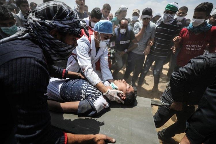 <p>Sınırdaki İsrail askerlerinin açtığı ateşte en az 43 Filistinli yaşamını yitirdi, yüzlerce yaralı var.</p>