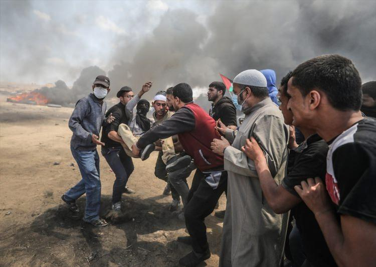 """<p>Sınırın diğer tarafındaki İsrail güçlerinin, """"milyonluk yürüyüş"""" adı verilen gösteriye müdahale etmesi üzerine göstericiler, lastik yakarak karşılık verdi. Lastiklerin yakılması sonucu, gökyüzü yoğun dumanla kaplandı.</p>"""