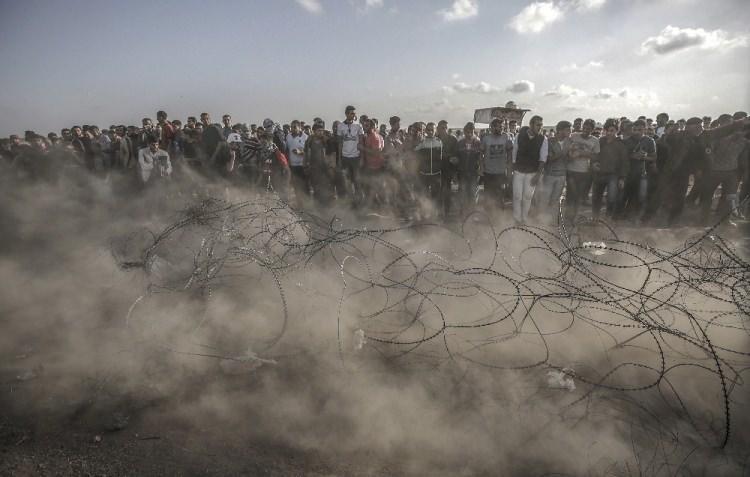 <p>ABD Büyükelçiliğinin Kudüs'e taşınması ve Nekbe'nin (Büyük Felaket) 70. yılı nedeniyle Gazze'nin Han Yunus kentinin doğusundaki İsrail sınırında toplanan Filistinliler, gösteri düzenledi.</p>  <p></p>
