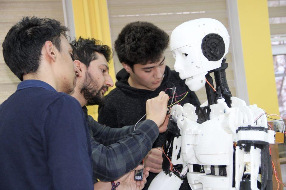 İnsansı robot 'Yiğido' nişan alıp atış yapabiliyor