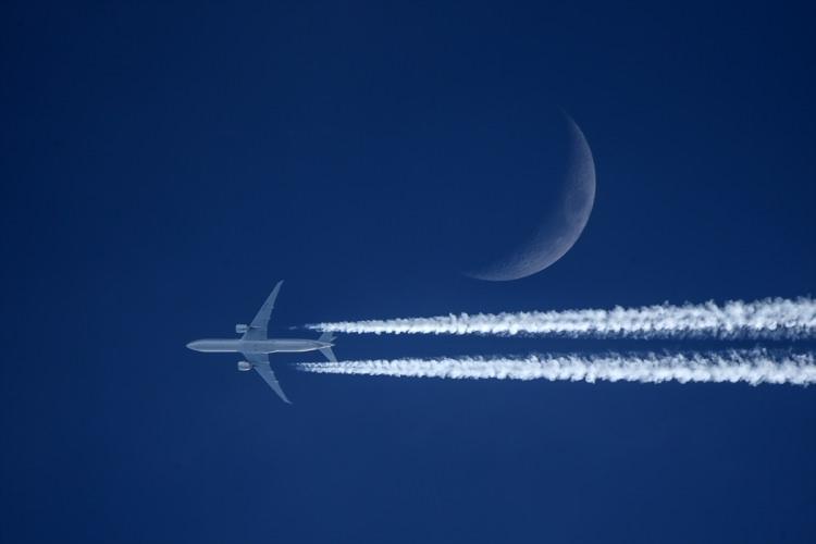 Ay ve uçaklar