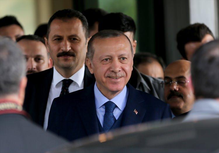 <p>Cumhurbaşkanı Recep Tayyip Erdoğan, Cuma Namazı'nı Süleymaniye Camii'nde kıldıktan sonra İstanbul Büyükşehir Belediyesi'ni ziyaret etti.</p>