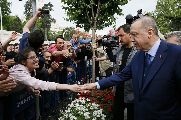 <p>Cuma namazının ardından Cumhurbaşkanı Erdoğan Saraçhane'deki İstanbul Büyükşehir Belediyesi'ne(İBB)geçti.</p>