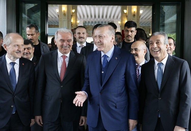 <p>İBB binasına bir ziyaret gerçekleştiren Erdoğan'a, TBMM Başkanı İsmail Kahraman, Enerji ve Tabii Kaynaklar Bakanı Berat Albayrak, İstanbul Valisi Vasip Şahin, Fatih Belediye Başkanı Hasan Suver eşlik etti.</p>