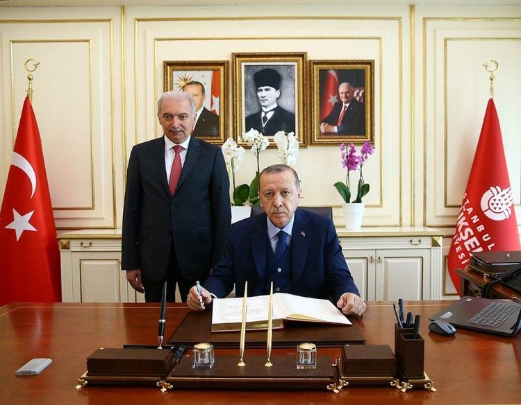 <p>İBB Başkanı Mevlüt Uysal ile biraraya gelen Erdoğan, çalışmalar hakkında bilgi aldı. Cumhurbaşkanı Erdoğan, uzun bir süre belediye binasında kaldı.</p>