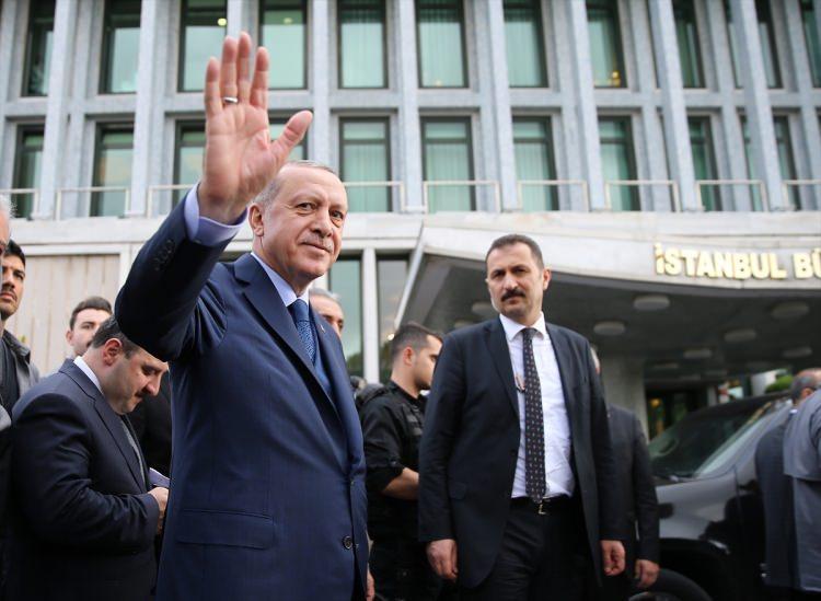 """<p>Erdoğan'ın belediye binasından çıkışı sırasında çevrede bulunan kalabalık, sevgi gösterisinde bulunarak,<strong>""""Reis bizi iftara götür""""</strong>şeklinde slogan attı.</p>"""