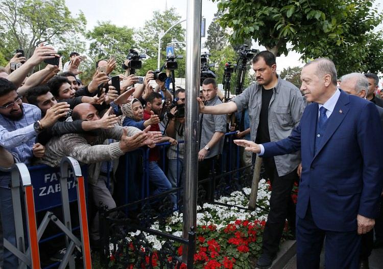 <p>Cumhurbaşkanı Erdoğan ise kendisine taleplerde bulunan vatandaşları tek tek dinleyerek, isteklerinin yapılması talimatını verdi.</p>