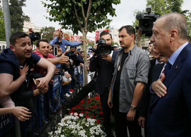 <p>Cumhurbaşkanı Erdoğan, daha sonra belediyeden ayrıldı.</p>  <p></p>