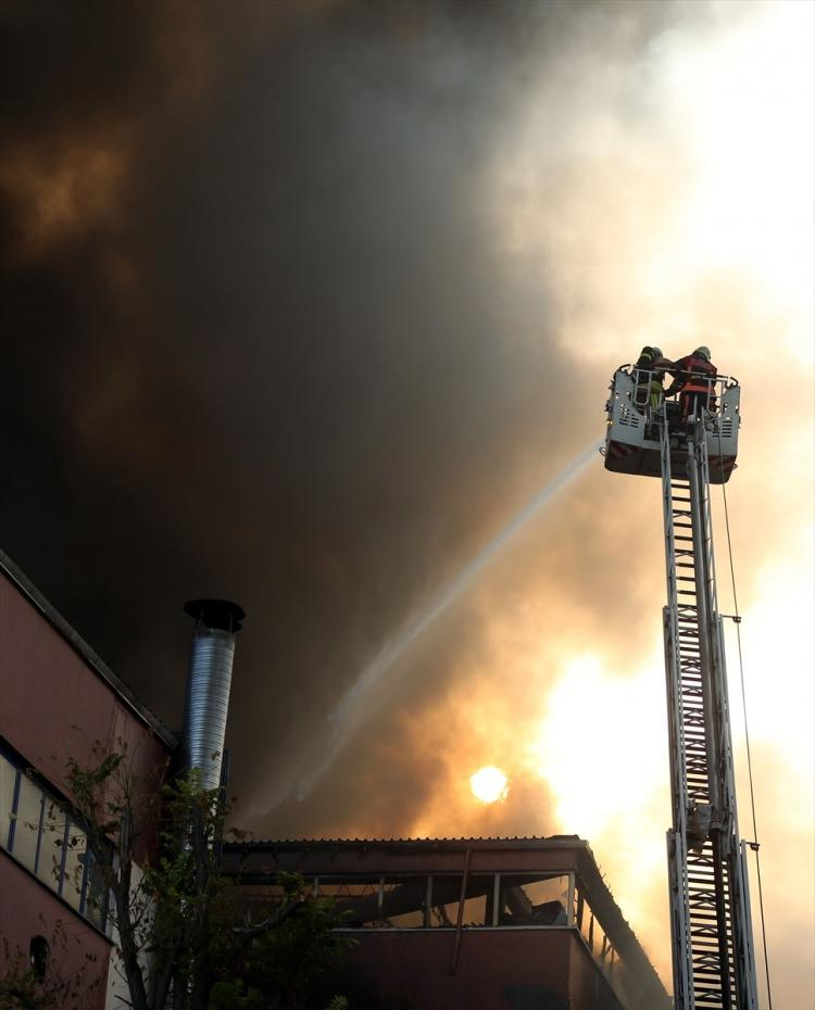 <p>İstanbul Davutpaşa'da bir kumaş ve iplik fabrikasında yangın çıktı. Kısa sürede bütün fabrika binasını saran yangını söndürmek için çok sayıda itfaiye ekibi sevk edildi. Ekiplerin, büyüyen yangını söndürme çalışmaları devam ediyor.</p>  <p></p>