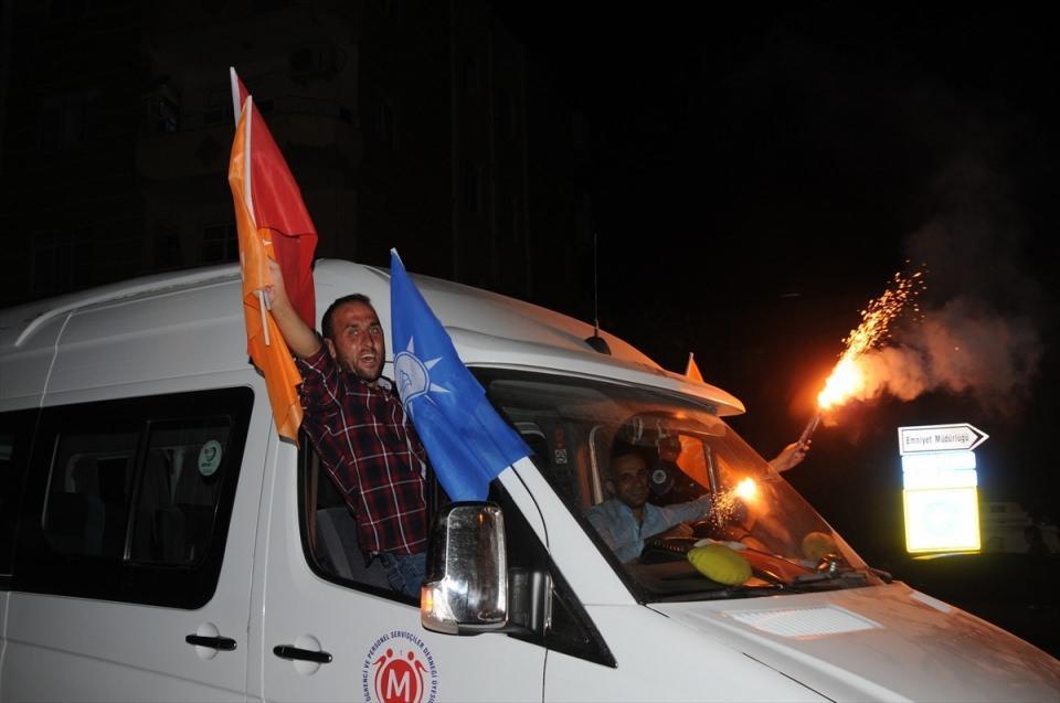 <p>Cumhurbaşkanı ve 27. Dönem Milletvekilliği seçimi sonuçlarının açıklanmaya başlamasının ardından, Mardin'de vatandaşlar kutlamalara başladı.</p>  <p></p>