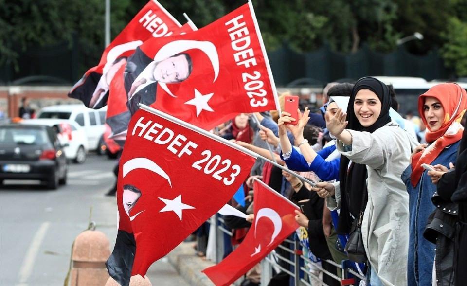 <p>Cumhurbaşkanı ve 27. Dönem Milletvekilliği seçimi sonuçlarının açıklanmaya başlamasının ardından, vatandaşlar Huber Köşkü önünde toplanmaya başladı.</p>  <p></p>