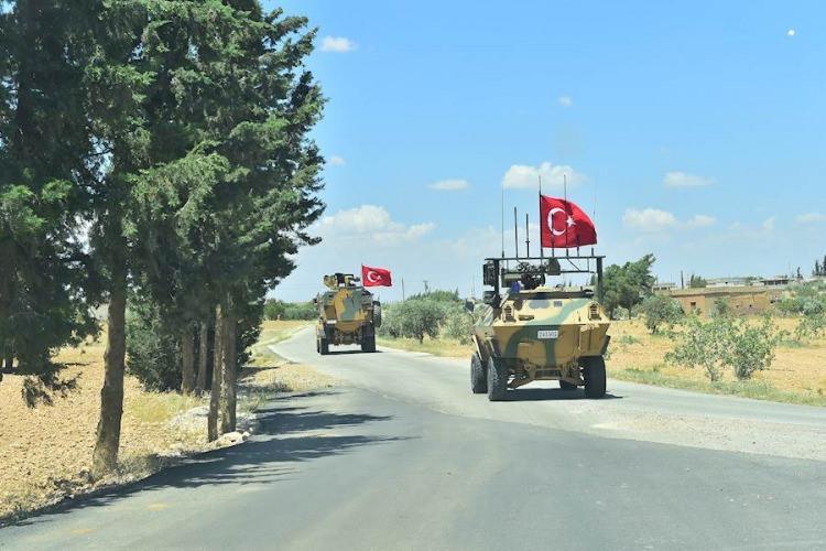 <p>Türk Silahlı Kuvvetleri (TSK) unsurları, Suriye'nin kuzeyinde terör örgütü YPG/PKK'nın işgalindeki Menbiç'te ABD ile ortak devriye faaliyeti gerçekleştirdi.<br /> <br /> TSK operasyonla ilgili fotoğrafları paylaştı.</p>