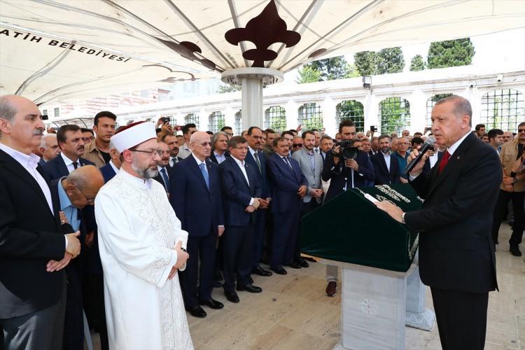 <p>Fuat Sezgin'in naaşı, törenin ardından, kuruluşunda öncülük ettiği İstanbul İslam Bilim ve Teknoloji Tarihi Müzesi'nin yanında defnedildi.</p>