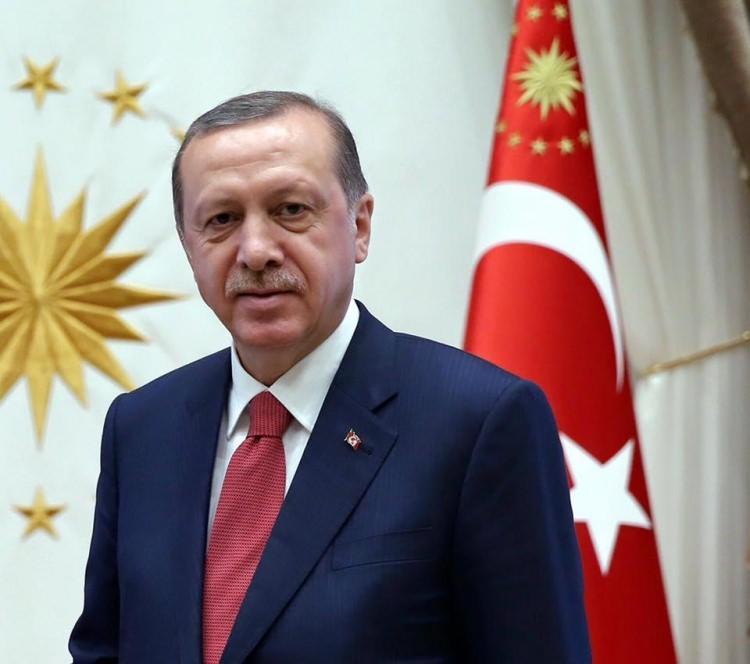 <p>Yeni sistemin ilk kabinesini Başkan Recep Tayyip Erdoğan, Beştepe'deki Külliye'de açıkladı. Yeni kabinede sürpriz isimler yer aldı. İşte yeni sistemin ilk kabinesi...</p>  <p>Türkiye Cumhuriyeti Başkanı Recep Tayyip Erdoğan</p>  <p></p>