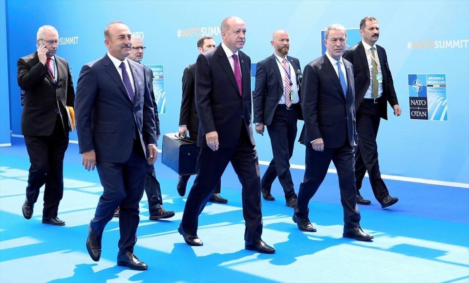 <p>NATO Devlet ve Hükümet Başkanları Zirvesi, Belçika'nın başkenti Brüksel'de başladı. Zirveye Türkiye Cumhurbaşkanı Recep Tayyip Erdoğan da katıldı. Erdoğan'a Milli Savunma Bakanı Hulusi Akar ile Dışişleri Bakanı Mevlüt Çavuşoğlu eşlik etti.</p>  <p></p>