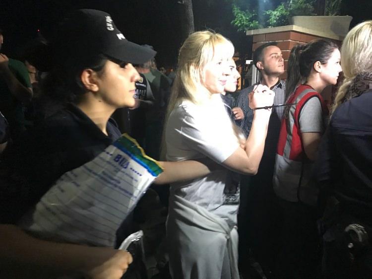 <p>Adnan Oktar ve grubuna yönelik 4 ilde 120 adreste yapılan operasyon sürüyor. Kandilli'de bulunan bir villada gerçekleştirilen operasyonda 9 kadın gözaltına alındı.</p>